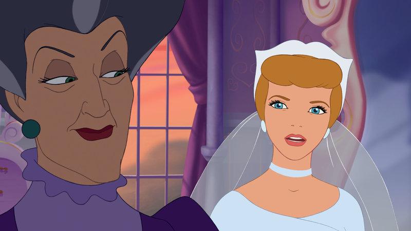 Die böse Stiefmutter (li.) benutzt den Zauberstab, um die Zeit zurückzudrehen und dafür zu sorgen, dass der gläserne Schuh, der den Prinzen zu seiner Braut führen soll, Anastasia passt. Ob Cinderella (re.) den Schwindel rechtzeitig aufdecken kann? – Bild: Disney Channel