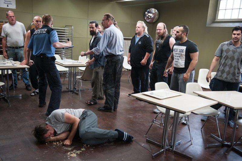 Holbrecht (Marcus Mittermeier, vorn) wird von den anderen Gefängnisinsassen brutal behandelt. – Bild: ZDF und Julia Terjung