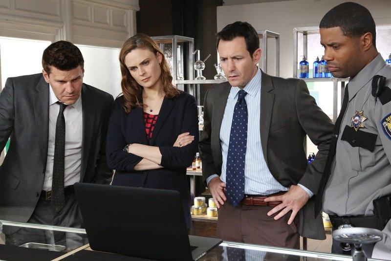 Booth (David Boreanaz, l.) und Brennan (Emily Deschanel) erhoffen sich von Dr. Richard Burke (Larry Sullivan, 2.v.r.) und dem Security Guard Carl Collins (Roshawn Franklin) Hinweise auf Abby Briggs' Mörder. – Bild: TVNOW / FOX