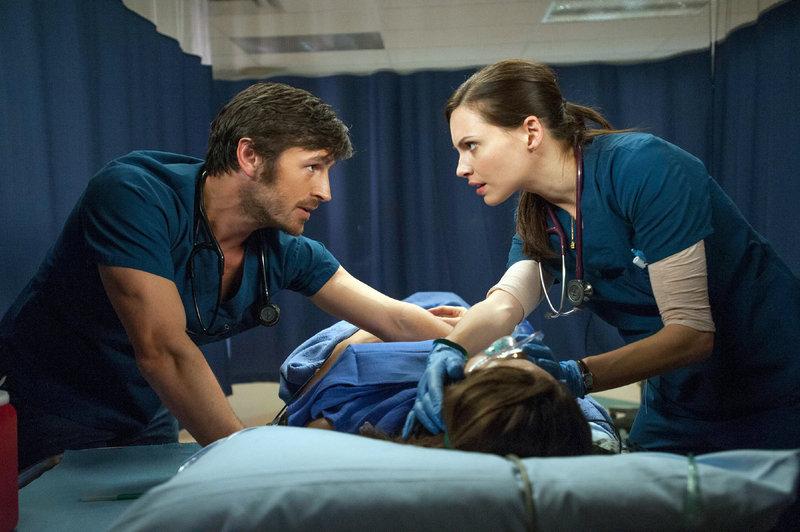 Dr. TC Callahan (Eoin Macken) und Dr. Jordan Alexander (Jill Flint) machen sich Sorgen: Der Zustand der Patientin ist kritisch. – Bild: MG RTL D / Sony Television Inc.