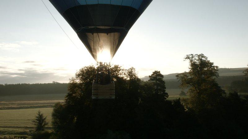 Christine Walkden begibt sich per Heißluftballon auf die Suche nach den schönsten Gärten Großbritanniens. Heute ist sie in Yorkshire – Bild: Sky