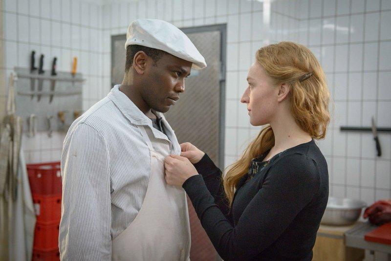 Alpha (Tony Harrisson Mpoudja) und Zita (Brigitte Hobmeier). – Bild: BR/die film gmbh/Hendrik Heiden