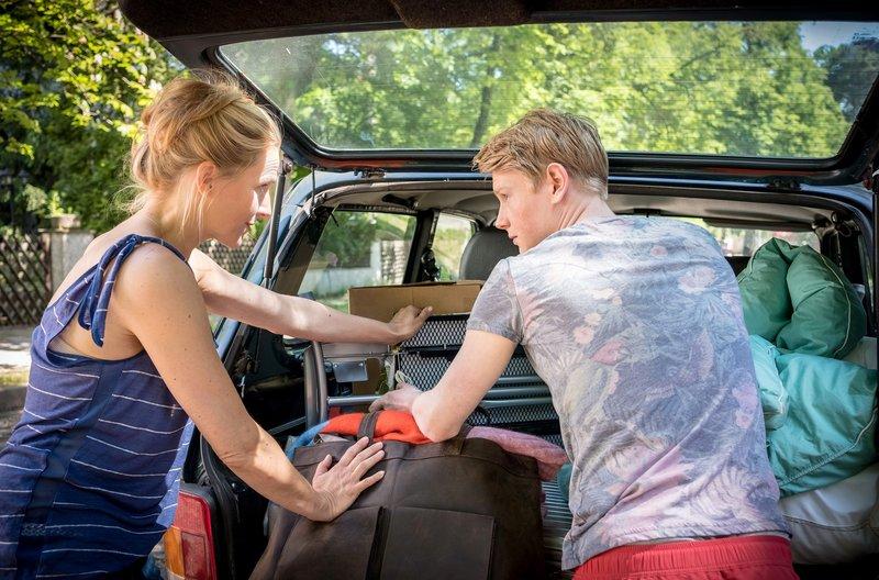 Nora (Tanja Wedhorn) und Sohn Kai (Lukas Zumbrock) ziehen mal wieder um. – Bild: ARD Degeto/Boris Laewen