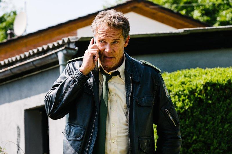 Die Ermittlungen von Hubert (Christian Tramitz) laufen auf Hochtouren. – Bild: TMG