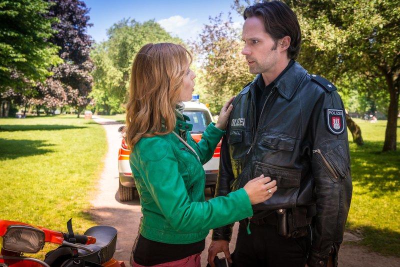 Finja (Sunny Bansemer) ist sich sicher, dass Mattes (Matthias Schloo) die große Liebe für sie ist. Mattes weiß nicht, wie er sie von dieser Idee abbringen soll. – Bild: ZDF und Boris Laewen