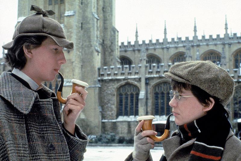 Der Beginn einer großen Freundschaft und eines legendären Ermittlerduos: Der junge Sherlock Holmes (Nicholas Rowe, li.) und John Watson (Alan Cox, re.) treffen sich in London. – Bild: ARTE France / © Paramount Pictures