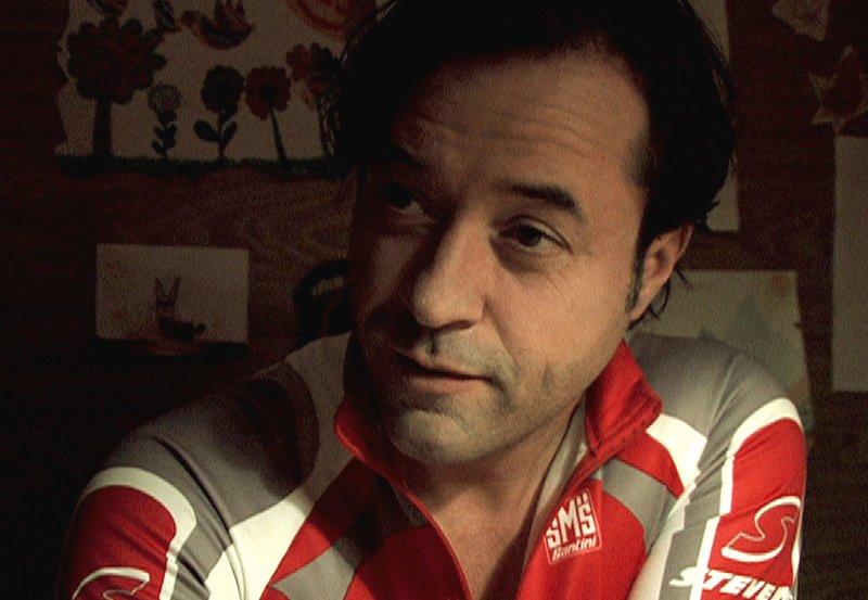 ARD BIS ZUM ELLENBOGEN, Deutschland 2007, Regie Justus von Dohnanyi, am Dienstag (28.04.15) um 00:20 Uhr im Ersten. Der arrogante Achim (Jan Josef Liefers) ist zunächst nur genervt. – Bild: ARD Degeto