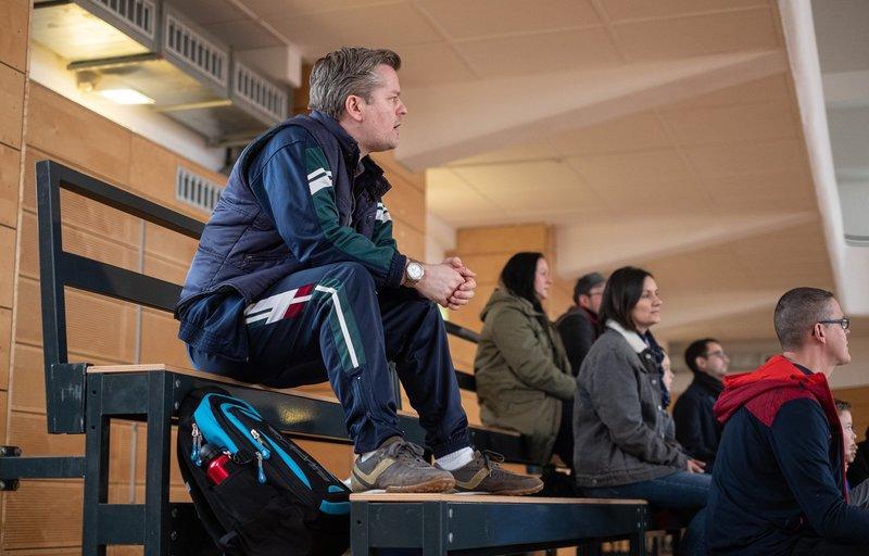Hannes Seela (André Dietz, li.) schaut bei einem Fußball-Trainingsspiel seines Sohnes zu. Das, was der Trainer da macht, regt ihn ziemlich auf. – Bild: MDR/Saxonia Media/Robert Strehler