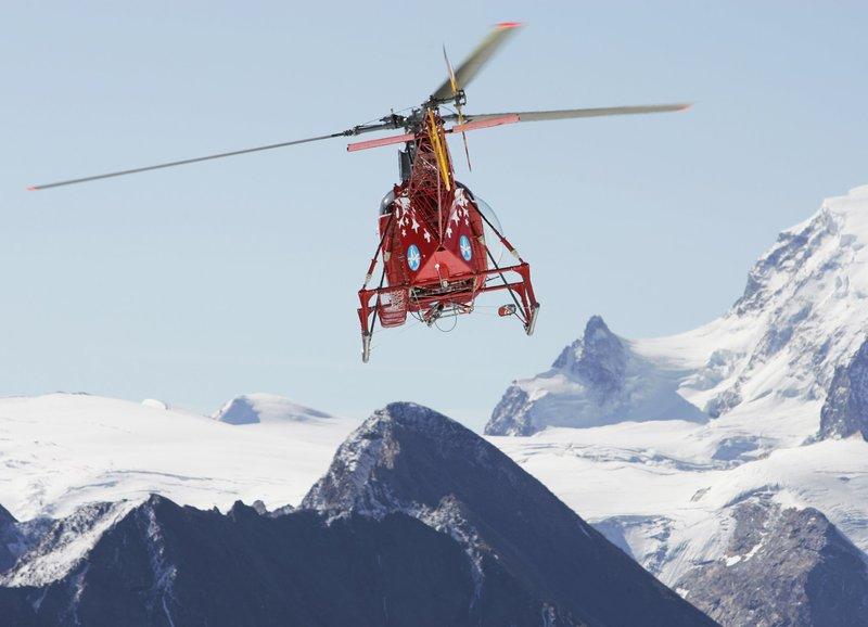 Sie sind die Retter in der Not und fliegen in der Bergwelt rund ums Matterhorn: die Rettungsflieger der Air Zermatt. – Bild: SF/Marcus Gyger