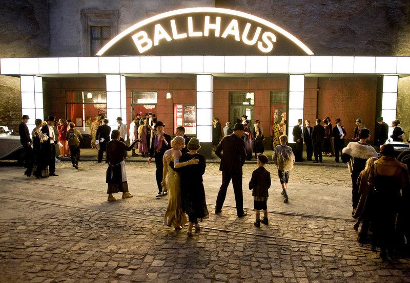 """Das """"Ballhaus"""" zieht viele Gäste an. – Bild: ZDF und ARD Degeto/UFA Filmproduktion/J. Terjung"""