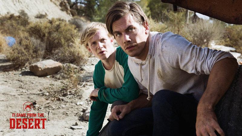 Lukas (Alex Mills,r.) und Brian (Harry Lister Smith) entdecken eine versteckte und verlassene Forschungsanlage. Als sie diese näher inspizieren machen sie eine schaurige Entdeckung. – Bild: Tiberius Film