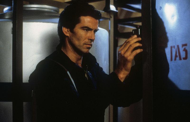 James Bond (Pierce Brosnan) hat den Auftrag, eine sowjetische Chemiewaffenfabrik in Archangelsk zu vernichten. – Bild: ZDF und Keith Hamshere