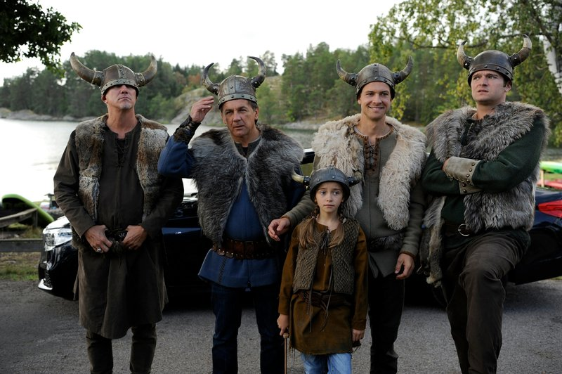 Der Blomquist-Clan, unter anderen bestehend aus dem neuen Patriarchen Peter (Peter Davor, 2.v.l.), seinem Sohn Magnus (Christian Clauß, 2.v.r.), dessen Tochter Marie (Antonia von Schnurbein, M.), seinem Neffen Nils (Frederic Welter, r.) und seinem Bruder Thor (Markus Böker, l.), haben sich für den Tag der offenen Tür beim verfeindeten Larson-Clan als Wikinger verkleidet. Leider sind sie die Einzigen, die verkleidet erschienen sind. in Verbindung mit der Sendung bei Nennung ZDF/Bernd Spauke – Bild: ZDF/Bernd Spauke