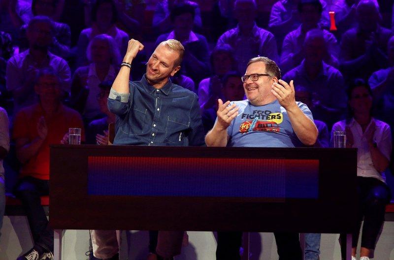 Rateteam-Kapitän Elton (r.) und der ehemalige Handballspieler Pascal Hens (l.) bilden ein Rateteam. – Bild: ARD/Morris Mac Matzen