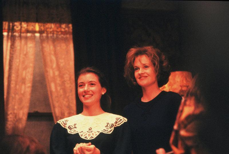 In Leah (Mia Sara, li.) konnte Emily (Melanie Griffith) schnell eine neue Freundin in der chassidischen Gemeinde finden. – Bild: ZDF und Andrzej Bartkowiak