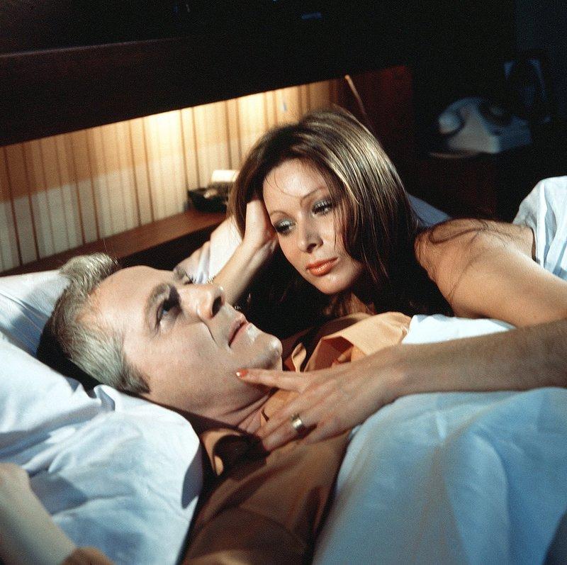 """Seit dem Unfalltod seiner geliebten Frau hat Fabrikant Lippens (Werner Bruhns) praktisch nur für seine Arbeit gelebt. Lippens ist noch ganz benommen davon, dass die Verlobte seines verstorbenen Bruders, die schöne Belinda (Monika Gabriel), in dieser Nacht """"einfach so"""" in sein Schlafzimmer gekommen ist, und er ahnt nicht, daß Belinda viel zu raffiniert ist, um irgentetwas """"einfach so"""" zu tun... – Bild: SWR/Jehle"""