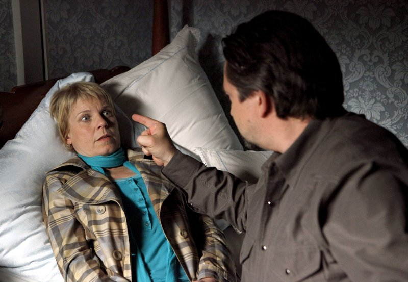Georg Siebenhaffner (Alexander Hörbe) macht Carla Fingerhut (Cordula Stratmann) Angst. – Bild: ARD Degeto/WDR/Frank Dicks