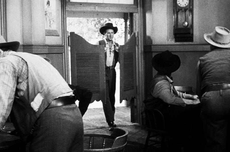 Deputy Harvey Pell (Lloyd Bridges) betritt den Saloon. – Bild: Paramount Pictures Corporation / Deputy Harvey Pell (Lloyd Bridges) betritt den Saloon.