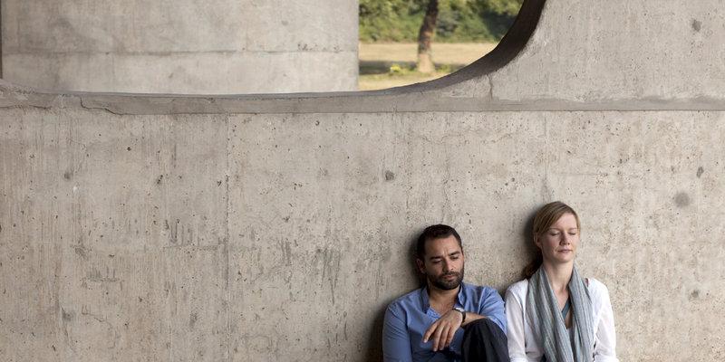 Max (Dragan Bakema, links) versucht zu verstehen und zu verarbeiten, warum seine Frau Charlotte (Sandra Hüller, rechts) ihn mit zahlreichen Männern betrogen hat. – Bild: ZDF und Victor Arnolds