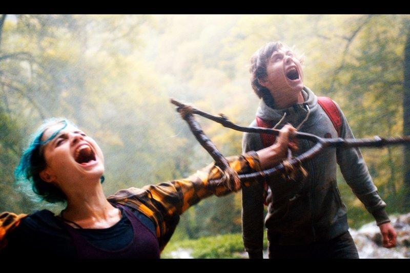 Karo (Mala Emde, li.) und Jan (Moritz Jahn, re.) schreien unter einem Wasserfall. – Bild: arte