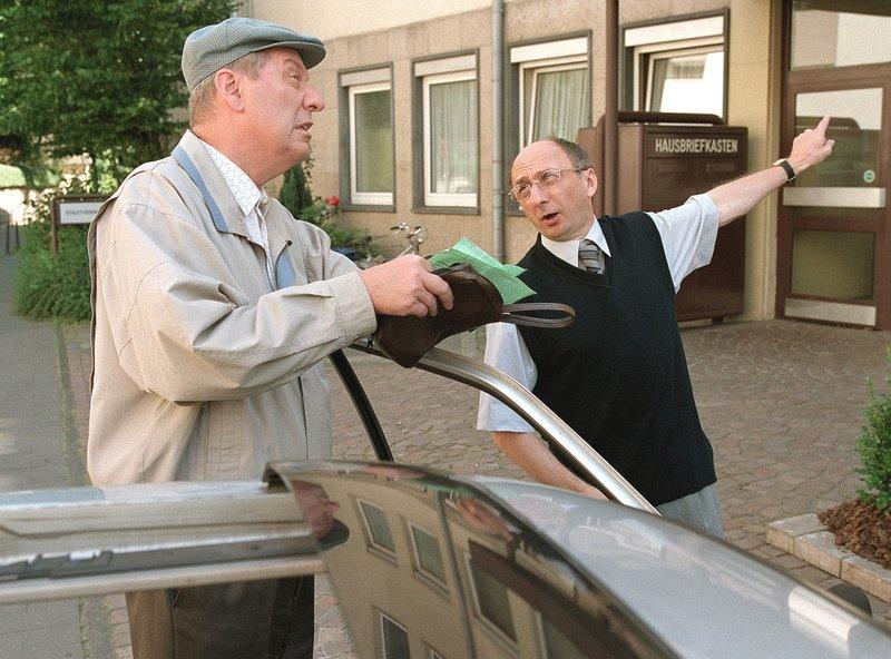 """Heinz Becker (Gerd Dudenhöffer, l) muss aufs Amt, um sich eine """"Geneemichung"""" einzuholen. Kaum dort angekommen, gibt es gleich Ärger, weil die Parkrechte nicht eindeutig geklärt werden können. Und Heinz hat eben so seine Probleme mit Regeln, die er nicht selbst aufgestellt hat ... – Bild: SWR/WDR/Diane Krüger"""
