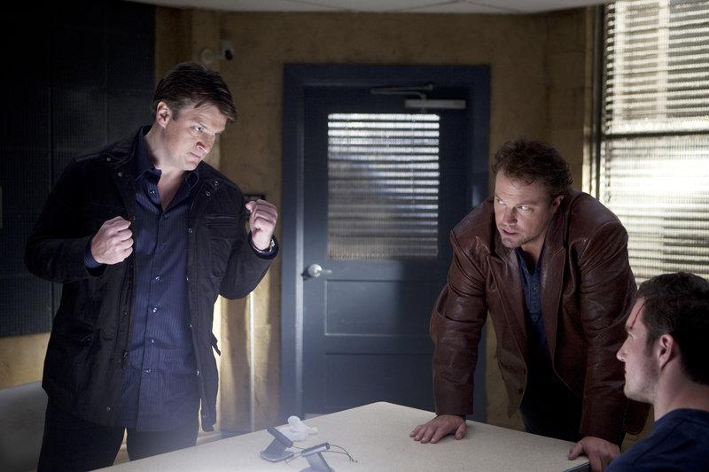 L-R: Richard Castle (Nathan Fillion), Det. Ethan Slaughter (Adam Baldwin), Shea (Stefan Niemczyk) – Bild: Universal TV