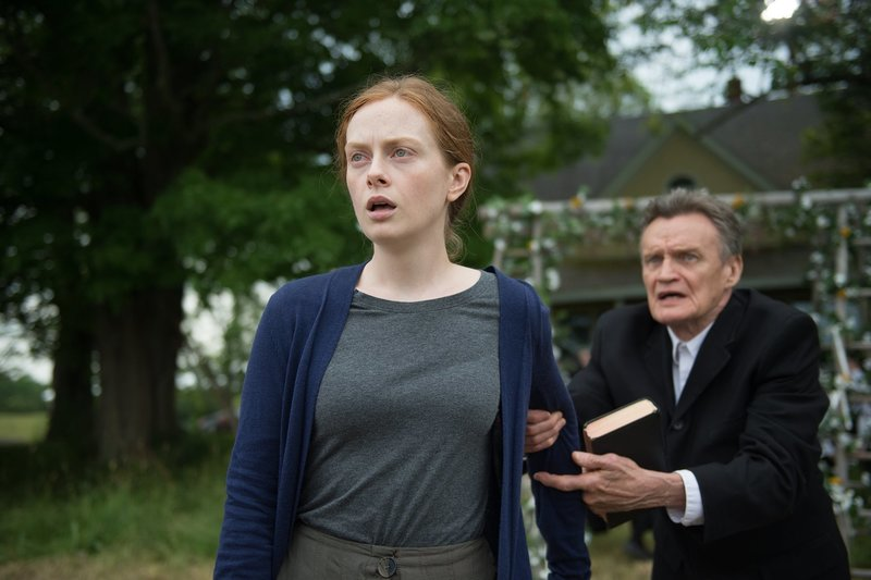 Anna Funk (Alex Paxton-Beesley) und Bishop Bergen (Brian Downey) – Bild: miketompkins.net / © 2019 Pure Season 2 Inc. / Cineflix (Pure East 2) Inc.