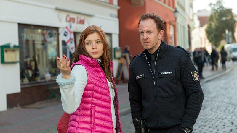 Auch Timmermann ist dem Dicken auf den Fersen. Er wei?, wer nachts die Wismarer Stra?en bevˆlkert und den Dicken gesehen haben kˆnnte. – Bild: ZDF/Meyerbroeker