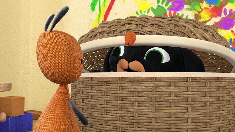 Bing hat mit Flops Hilfe ein besonders gutes Versteck gefunden: den Korb für Fundsachen. – Bild: ZDF/Acamar Films