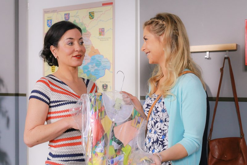 Stockl (Marisa Burger, l.) hat Lange (Sarah Thonig, r.) gebeten, ein Kleid aus der Reinigung zu holen. – Bild: ZDF und Christian A. Rieger - klick.