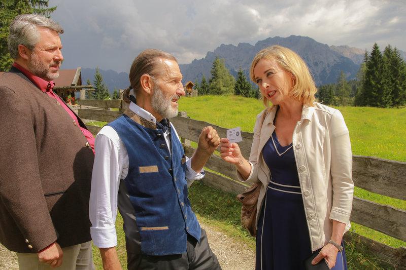 Hotelportier Alois Kriegl (Martin Maria Abram, M.) macht Danner (Katharina Abt, r.) und Stadler (Dieter Fischer, l.) auf eine heiße Spur aufmerksam. – Bild: ZDF und Christian A. Rieger - klick