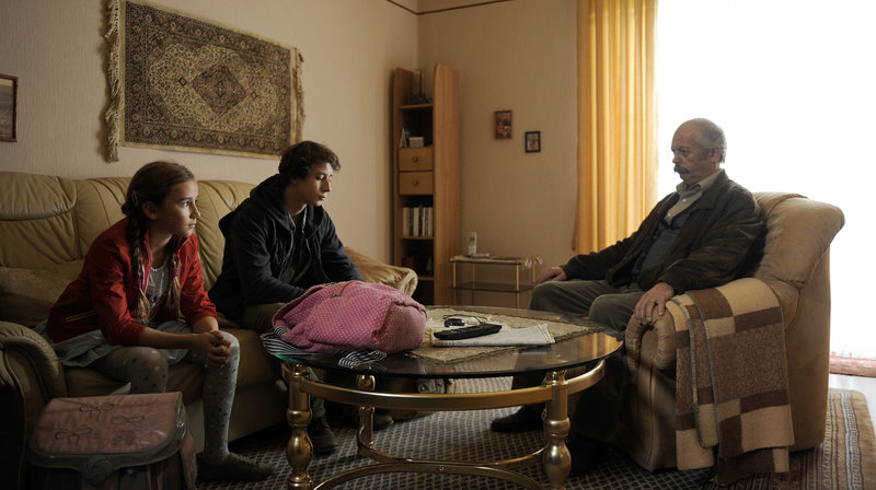 Can (Jascha Baum) und Sevgi (Marlene Metternich) bei ihrem Opa (Vedat Erincin) Zuhause. – Bild: WDR/Bernd Spauke