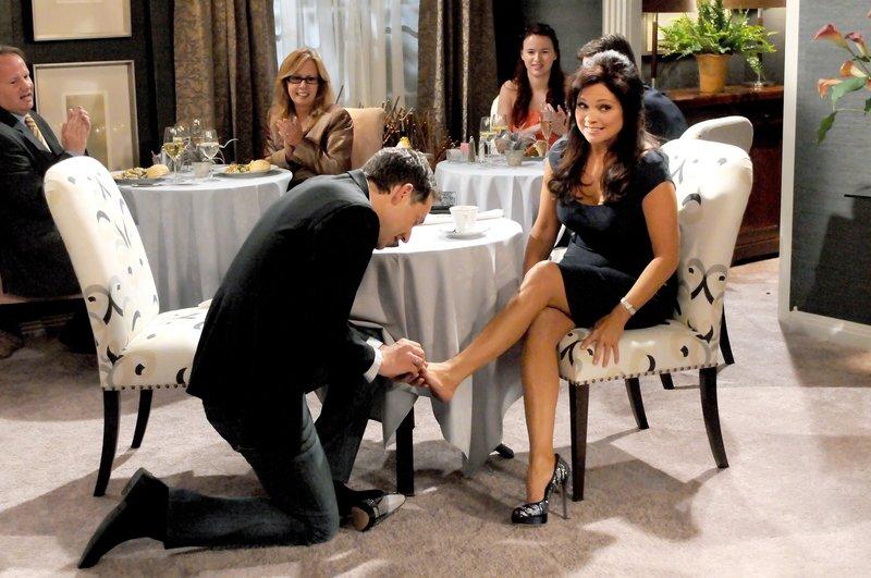 Melanie (Valerie Bertinelli) bekommt von Verehrer Bill (George Newbern) einen Zehenring geschenkt.. – Bild: One