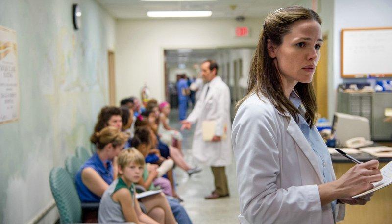 Dr. Eve Saks (Jennifer Garner, re.) kommen Zweifel, ob die gängigen Behandlungsmethoden für HIV-Patienten geeignet sind. – Bild: ARD Degeto/Ascot Elite