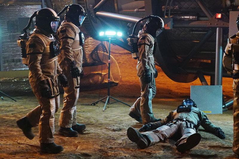 Ein toter Astronaut, eine Marssimulation und keine Chance, den Täter zu finden: Kate (Stana Katic, r.), Castle (Nathan Fillion, 2.v.l.) und Esposito (Jon Huertas, l.) sind ratlos ... – Bild: © ABC Studios / Richard Cartwright / Richard Cartwright