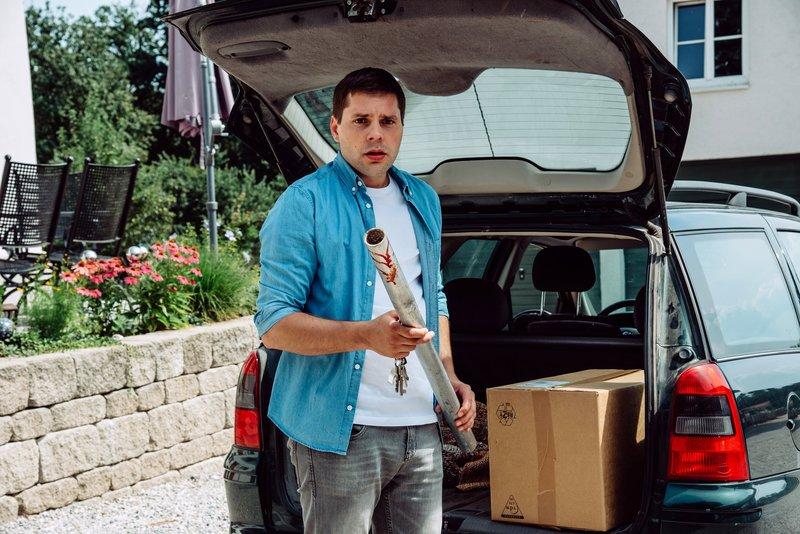 Korbinian Vogl (Marco Bretscher-Coschignano) ist entsetzt; könnte Benedikt Schuld an Schattenhofers Unfall sein? – Bild: BR/Nadya Jakobs