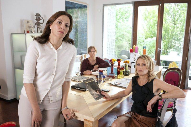 Anne (Marina Gedeck, links) erzählt ihren Freundinnen Charlotte (Johanna Gastorf, Mitte) und Fiona (Leslie Malton) gerade, dass sie Josh gebucht hat, als ihre Tochter auftaucht. – Bild: WDR/WDR/Thomas Kost