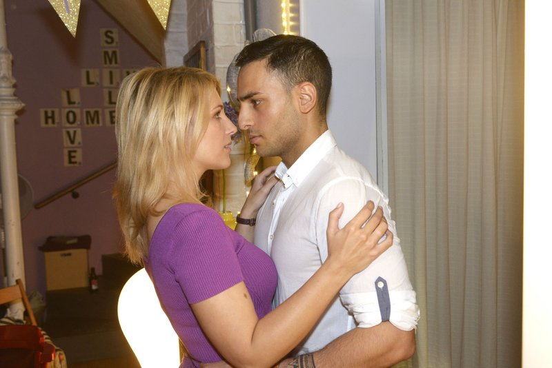 Nihat (Timur Ülker) will wegen Tuner seiner plötzlichen Anziehung zu Lilly (Iris Mareike Steen) widerstehen, doch das fällt ihm zunehmend schwerer... – Bild: RTL Passion