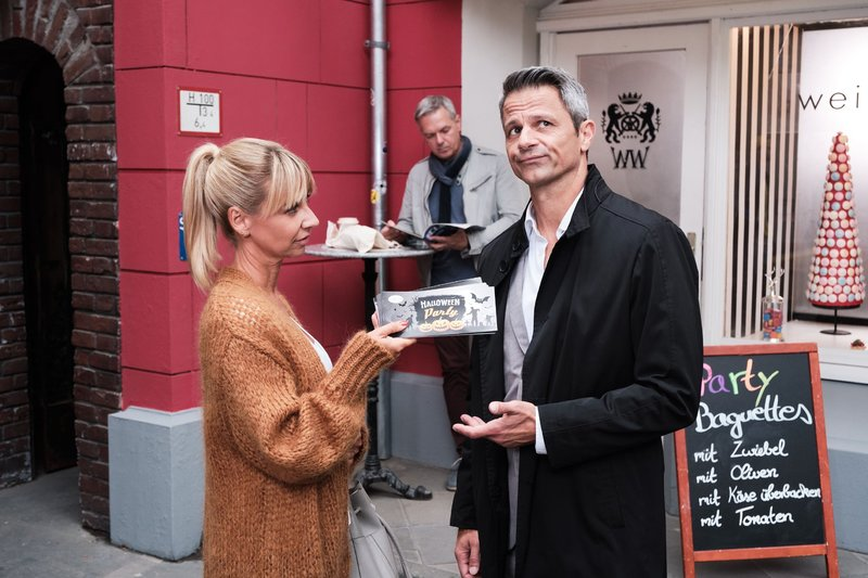 Ute (Isabell Hertel) ist zufrieden, als sie Benedikt (Jens Hajek) einen Denkzettel verpasst. – Bild: TVNOW / Stefan Behrens