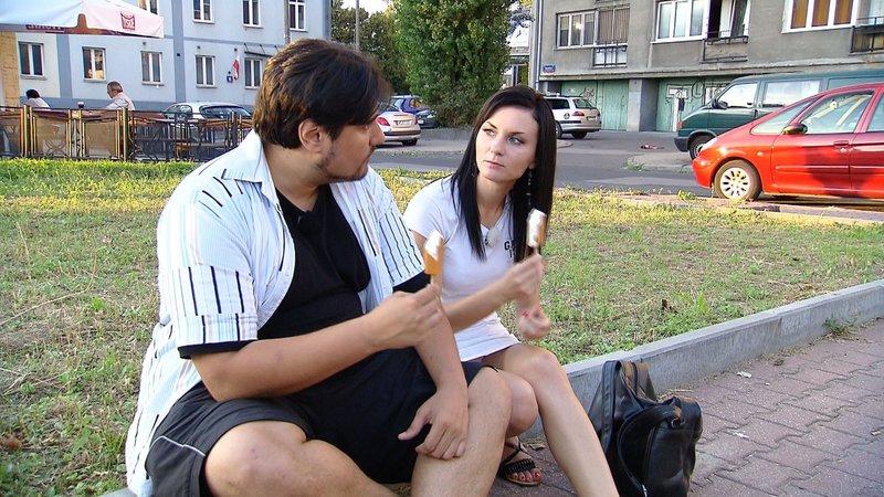 Bei einem Eis will Elvis wissen, ob er bei der polnischen Kosmetikerin Ewelina Chancen hat... – Bild: RTL 2