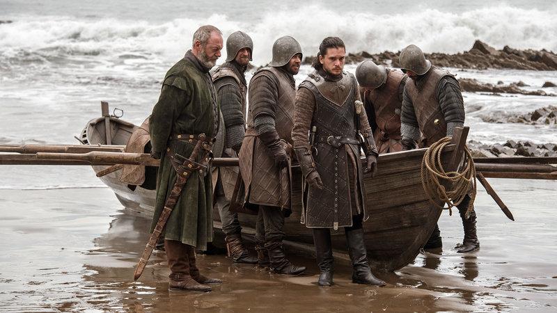Jon Schnee (Kit Harington, Mitte) reist zu Daenerys Targaryen nach Drachenstein, um sie um ihre Unterstützung im Kampf gegen die Weißen Wanderer und die Armee der Toten zu bitten. – Bild: RTL II