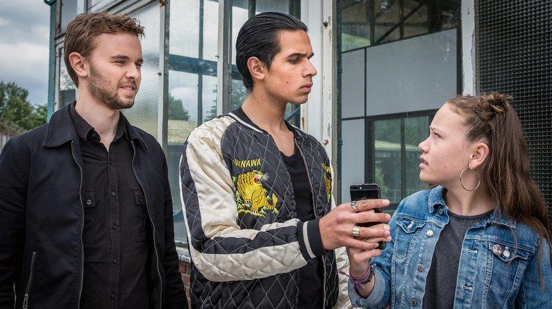 Moro (Mitte) und Kira kennen sich – Bild: NDR/Boris Laewen