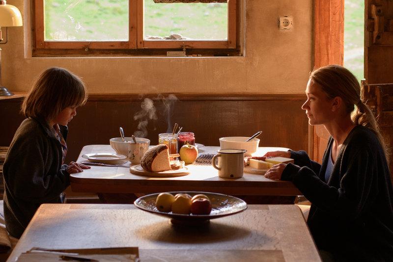 Sarah (Lisa Maria Potthoff, r.) macht Frühstück, Lino (Aaron Kissiov, l.) erinnert sich – Bild: ZDF und Frédéric Batier