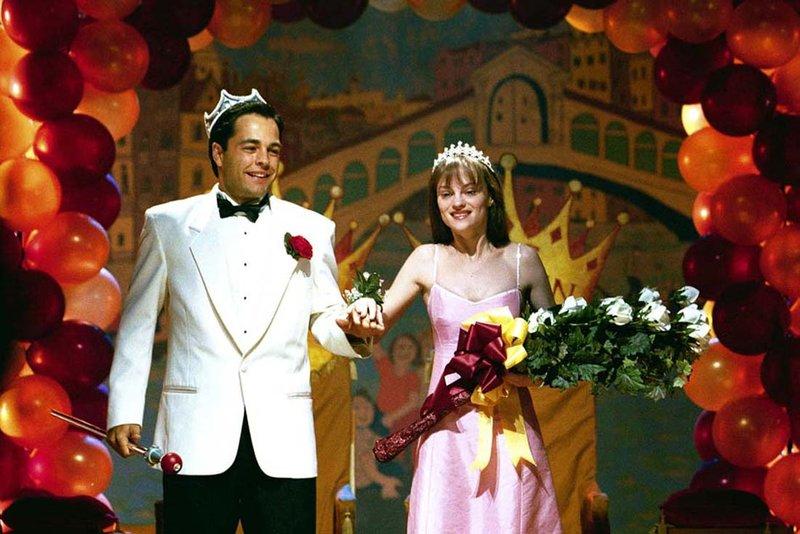 Durch eine manipulierte Wahl werden Carrie White (Angela Bettis) und Tommy Ross (Tobias Mehler) zum Traumpaar des Abends gekrönnt. – Bild: DMB