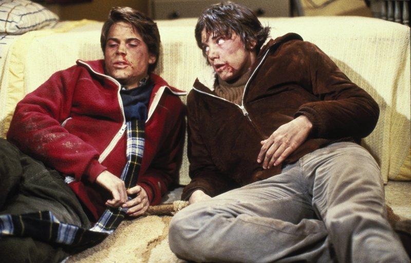 Jonathan (Andrew McCarthy,r.) und Skip (Rob Lowe) hatten eine heftige Prügelei. Doch dann sprechen sie sich aus und versöhnen sich. – Bild: TMG