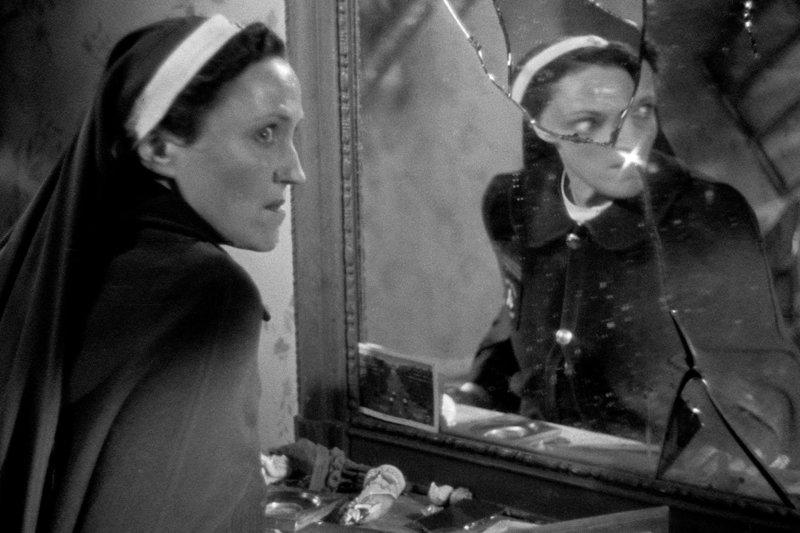 """Die Krankenschwester Marie Corbin (Héléna Manson) wird lange zu Unrecht verdächtigt, der Rabe zu sein. – Bild: ARTE France Honorarfreie Verwendung nur im Zusammenhang mit genannter Sendung und bei folgender Nennung """"Bild: Sendeanstalt/Copyright"""". Andere Verwendungen nur nach vorheriger Absprache: ARTE-Bildreda"""