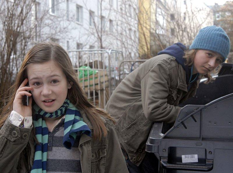 Lina (Lale H.Mann) und Rasmus (Julian Winterbach) sind auf der Suche nach vergifteten Joghurts. – Bild: NDR/Romano Ruhnau