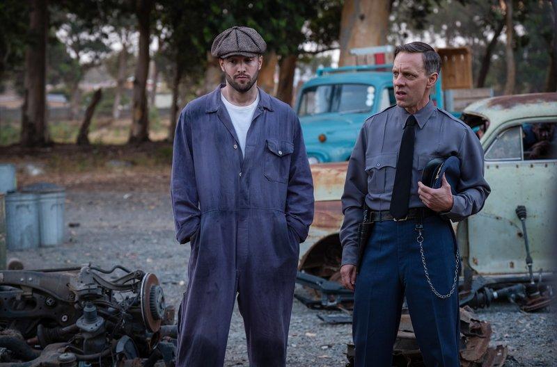 L-R: Krasko (JOSH BOWMAN), James Blake (TREVOR WHITE) – Bild: WDR/BBC
