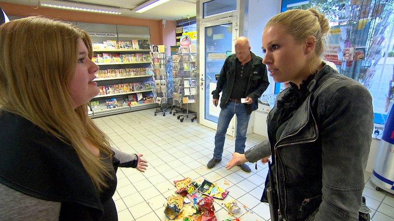 Eine 16-Jährige rastet am Kiosk aus. (v.li.: Sarah, Lena, Bruce) – Bild: RTL II