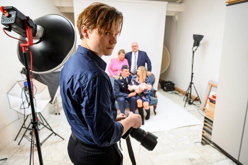 Liam Schmidtskath (Tom Böttcher) kann sich im Foto-Atelier seiner Großmutter nicht wirklich beruflich entfalten. Zwischen den beiden gab es deshalb häufig Streit, auch am Tatabend. – Bild: ZDF und Martin Rottenkolber.